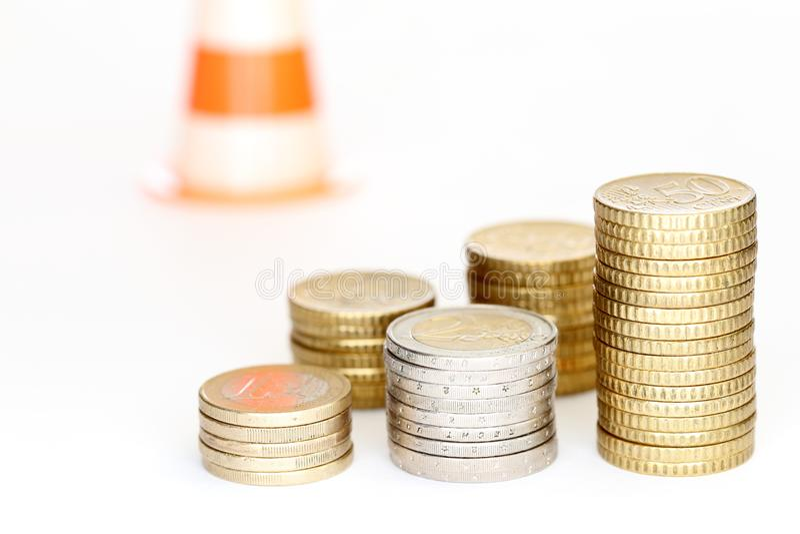 一些不同的欧洲硬币堆,风险标志 免版税库存照片