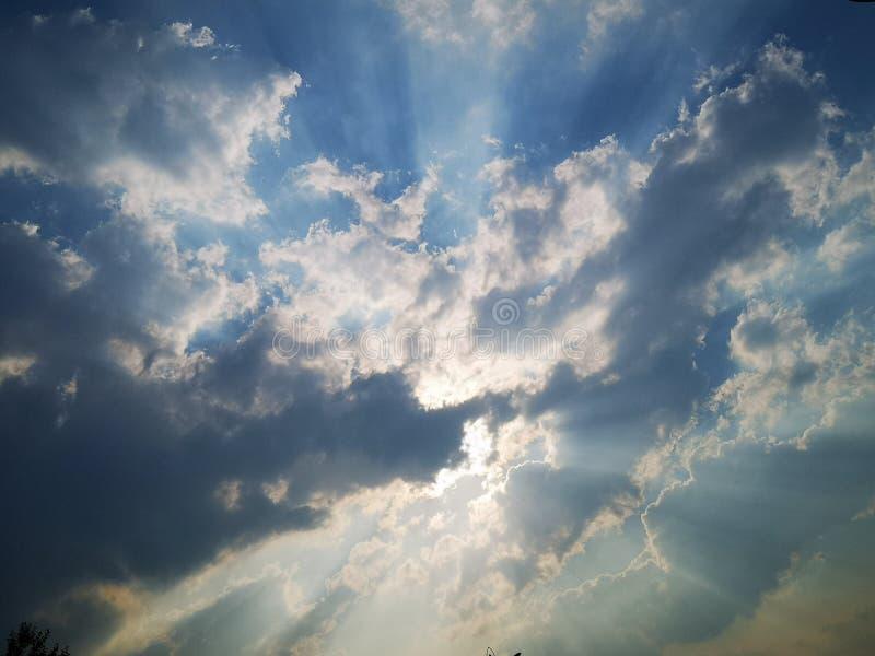 一些乌云和阳光在天空 库存照片