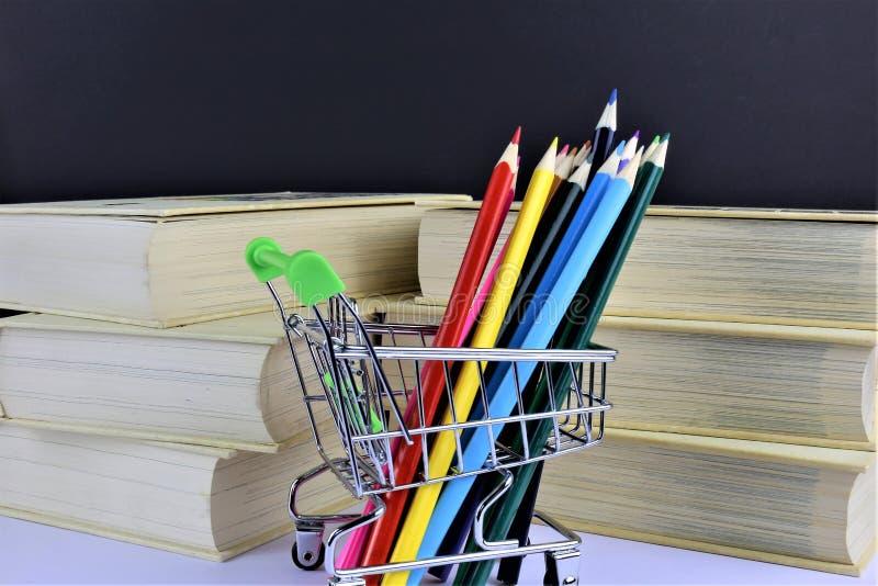 一些五颜六色的铅笔的概念图象有一些书和拷贝空间的 免版税库存照片