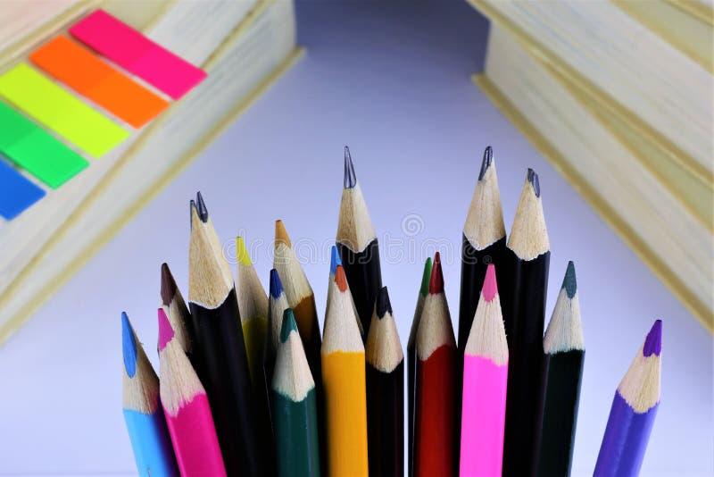 一些五颜六色的铅笔的概念图象有有些书的 免版税库存图片