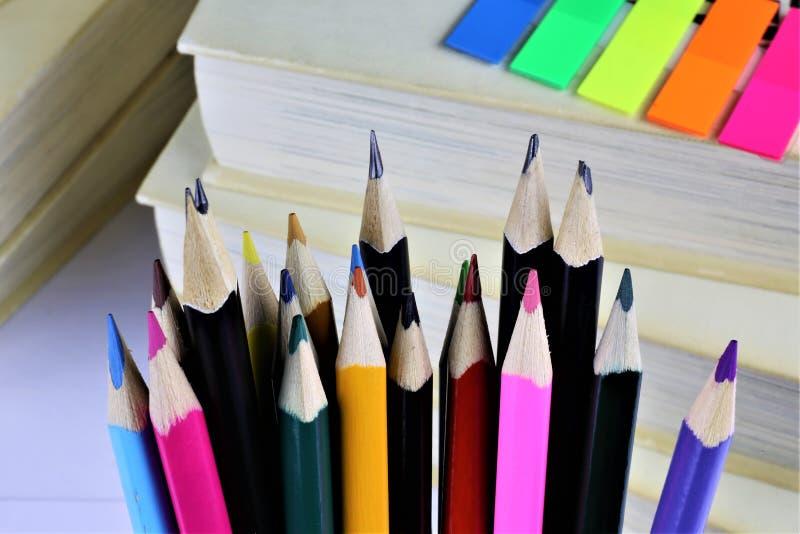 一些五颜六色的铅笔的概念图象有有些书的 库存图片
