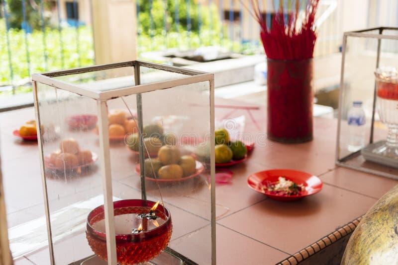 一些新鲜的桔子和香火棍子作为奉献物对神Vihara的 免版税库存照片