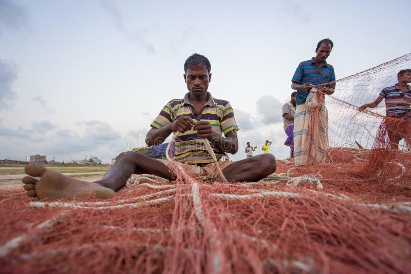 一些渔夫` s在Chaktai khal吉大港,孟加拉国修理那里网 库存图片