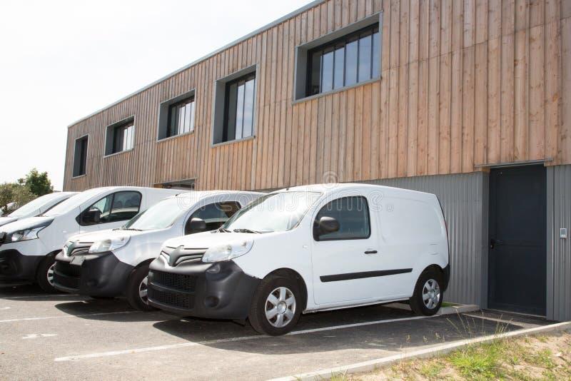 一些白色trucks van delivery在仓库公园 免版税库存照片