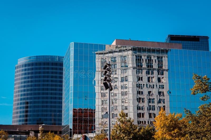一些的反射另一个大厦的街市盛大迅速密执安 免版税图库摄影
