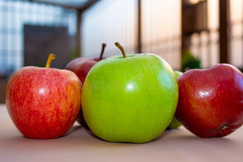 一些绿色和红色苹果关闭  库存照片