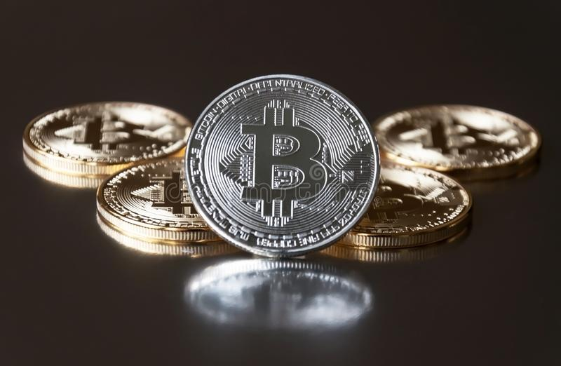 一些金和银币bitcoin在黑暗的背景的边缘说谎或停留 隐藏货币的概念 库存照片