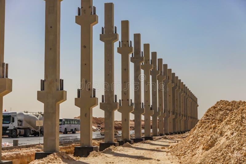 一些预制混凝土射线在工地工作的设施时 图库摄影