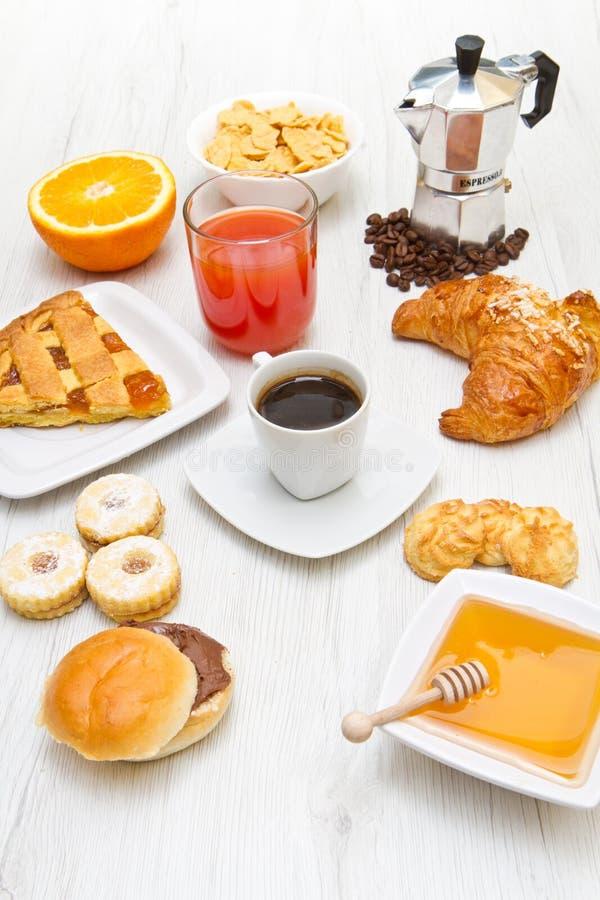 Download 一些食物在桌上的早餐 库存图片. 图片 包括有 新鲜, 汁液, 细菌学, 平分, 准备, 蛋糕, 可口, 来回 - 72359977