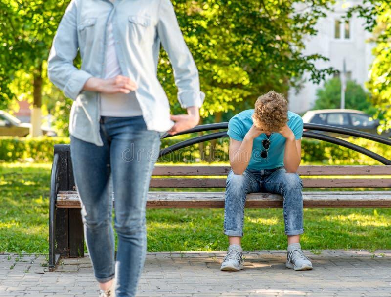 一人坐的哭泣的特写镜头在长凳 概念是在家庭的一个问题 破坏 女孩留下人 免版税图库摄影