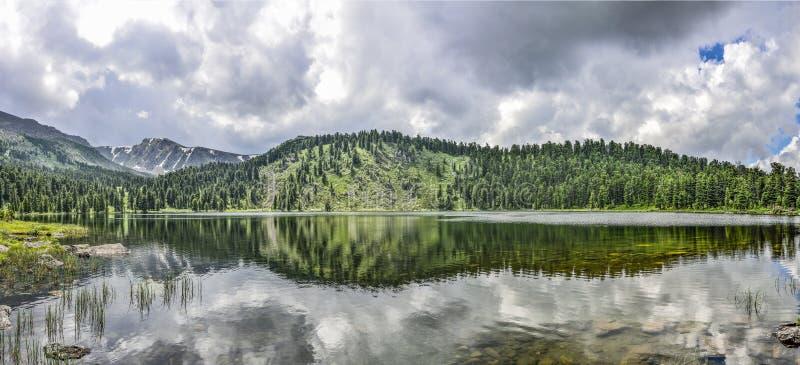 一从七个山Karakol湖,位于阿尔泰山 免版税库存图片