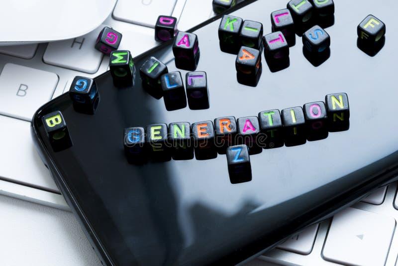 一代Z消息写与色的信件小珠在白色键盘上的智能手机显示 免版税库存照片