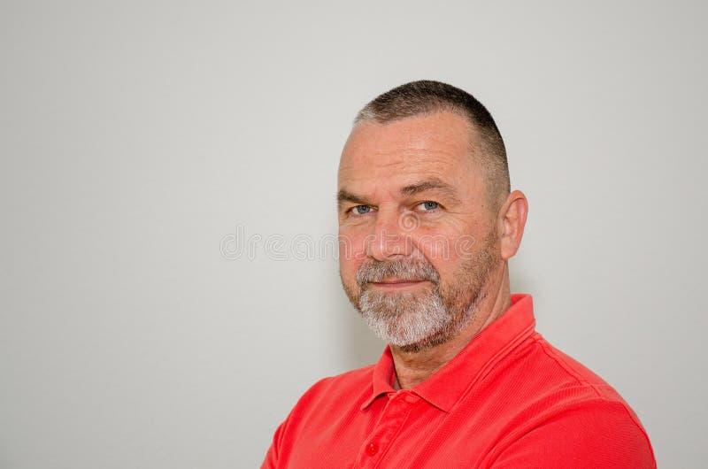 一件五颜六色的红色衬衣的确信的友好的人 免版税库存图片