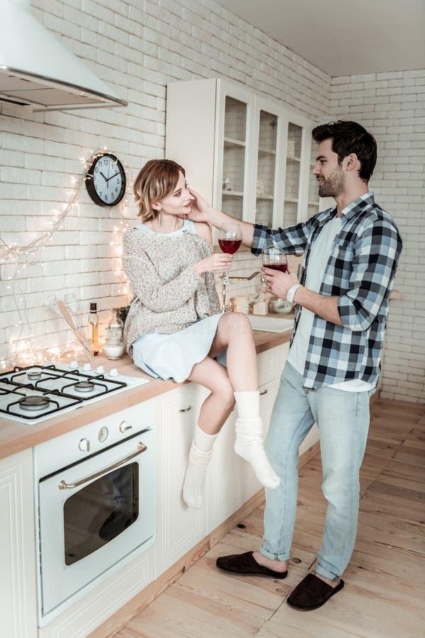 一件方格的衬衣的可爱的年轻深色头发的人和浪漫他的妻子的感觉 库存图片