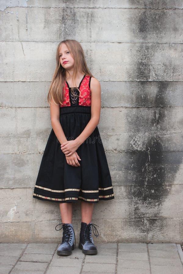 一件时兴的礼服的少女 免版税库存图片