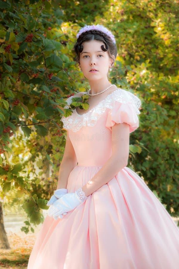一件晚礼服的浪漫,迷人的女孩在爱梦想  免版税库存照片