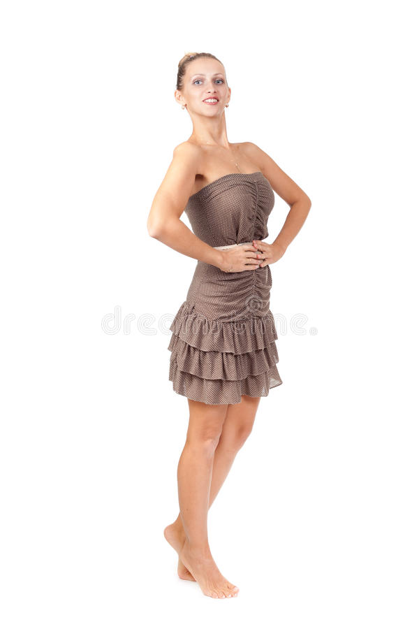一件棕色礼服的迷人的亭亭玉立的女孩在工作室 免版税图库摄影