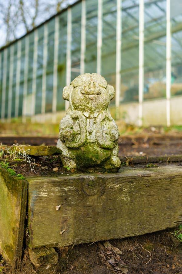 一件猪装饰品在庭院里 免版税库存图片