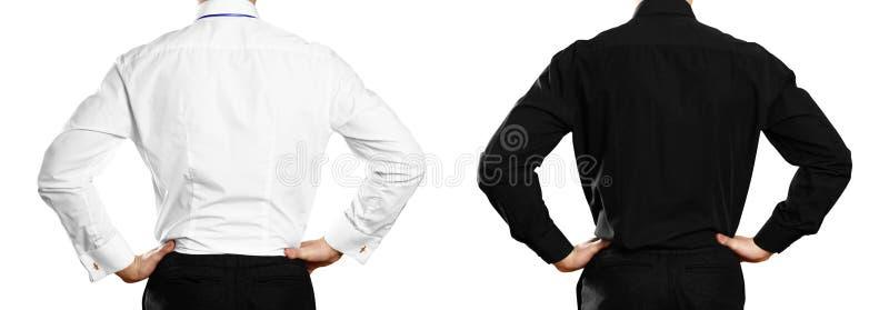 一件白色和黑衬衣的一个人有徽章的 backarrow 关闭 背景查出的白色 免版税库存图片