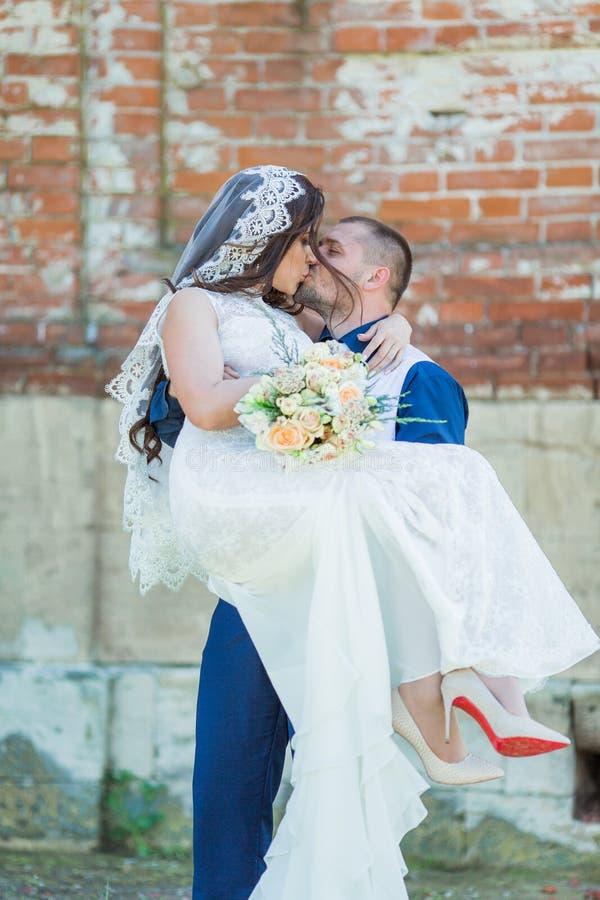 一件白色礼服的美丽的新娘本质上一起 免版税图库摄影