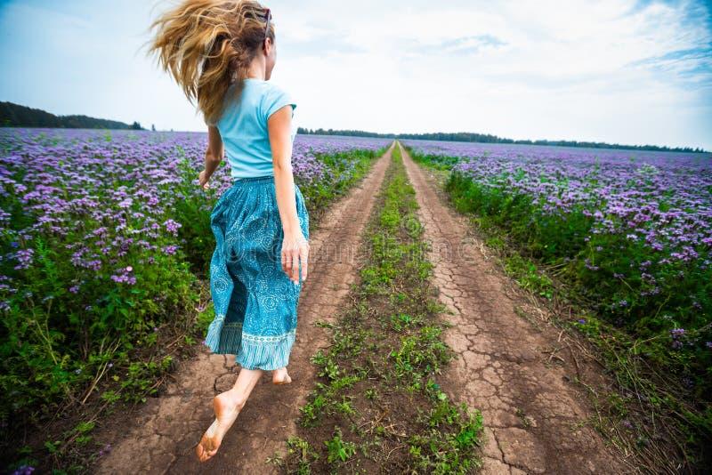 一件礼服的妇女在农村路 库存照片