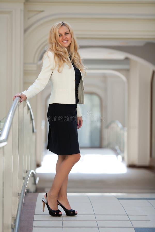 一件空白夹克的妇女 免版税图库摄影
