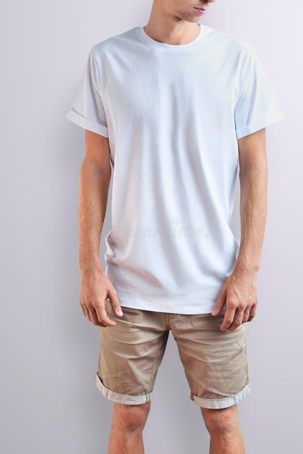 一件空白的T恤杉的时髦的亭亭玉立的人在白色演播室背景 库存图片