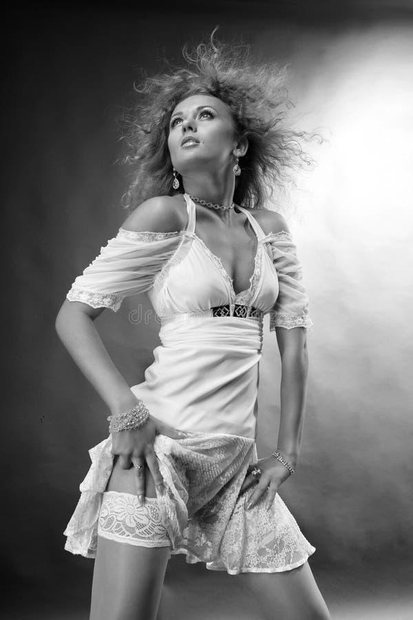 一件空白礼服的美丽的少妇 免版税图库摄影
