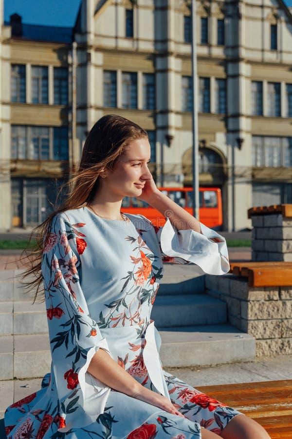 一件精美蓝色礼服的一美丽的年轻女人 免版税图库摄影