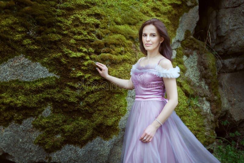 一件紫色礼服的妇女 库存图片
