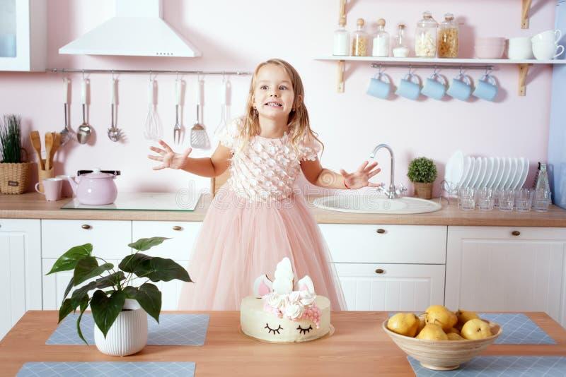 一件美丽的礼服的女孩在厨房里 库存照片