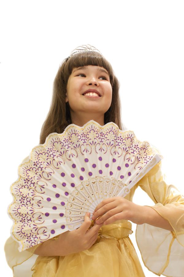 一件美丽的舞会礼服的女孩有爱好者的在手中 在一个空白背景 免版税库存照片