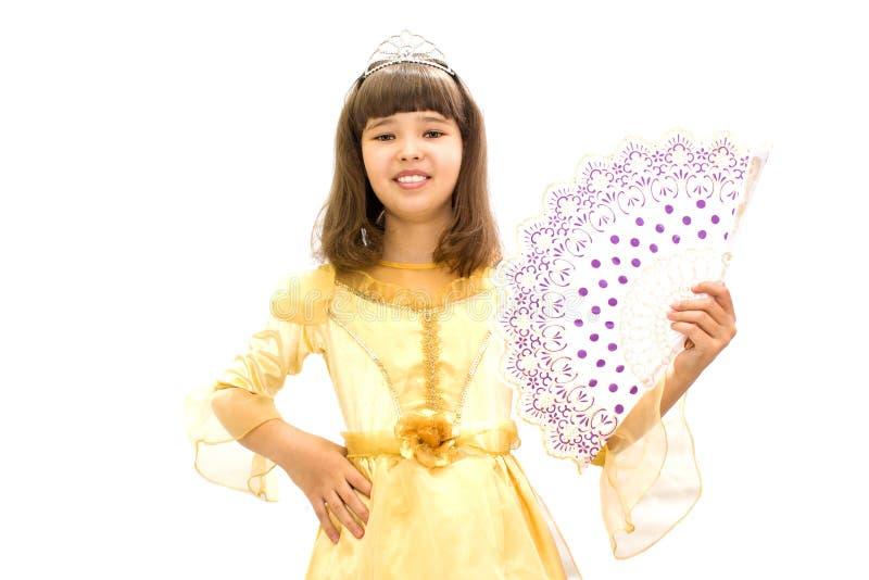 一件美丽的舞会礼服的女孩有爱好者的在手中 在一个空白背景 免版税库存图片