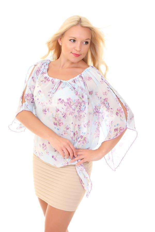 一件轻的夏天女衬衫的年轻金发碧眼的女人 库存照片