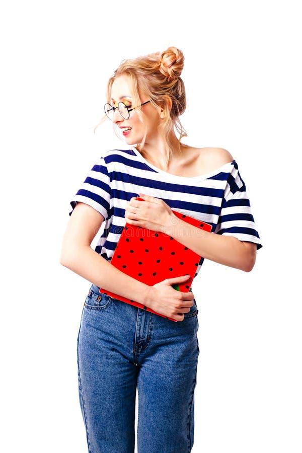 一件镶边毛线衣的滑稽的女生在白色被隔绝的背景 免版税库存照片