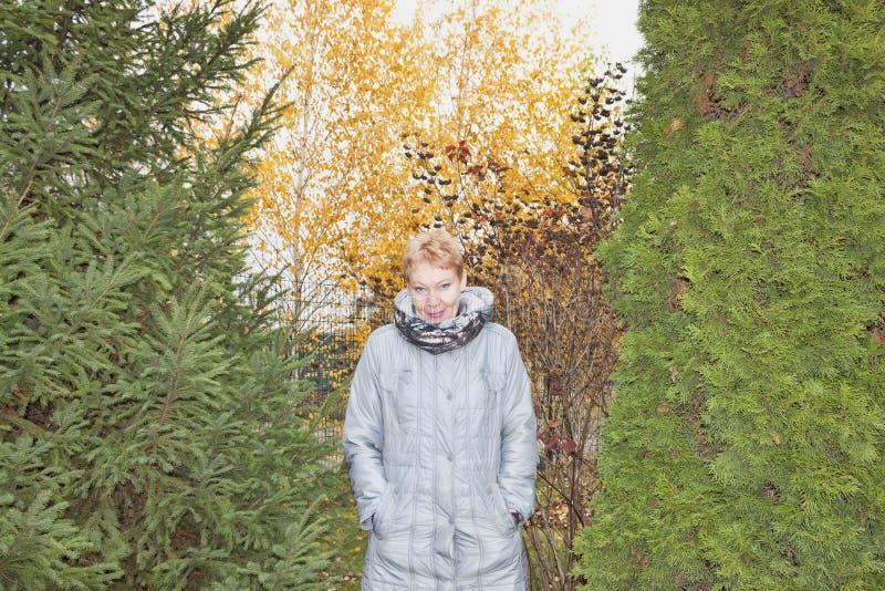 一件长的灰色雨衣的妇女 图库摄影