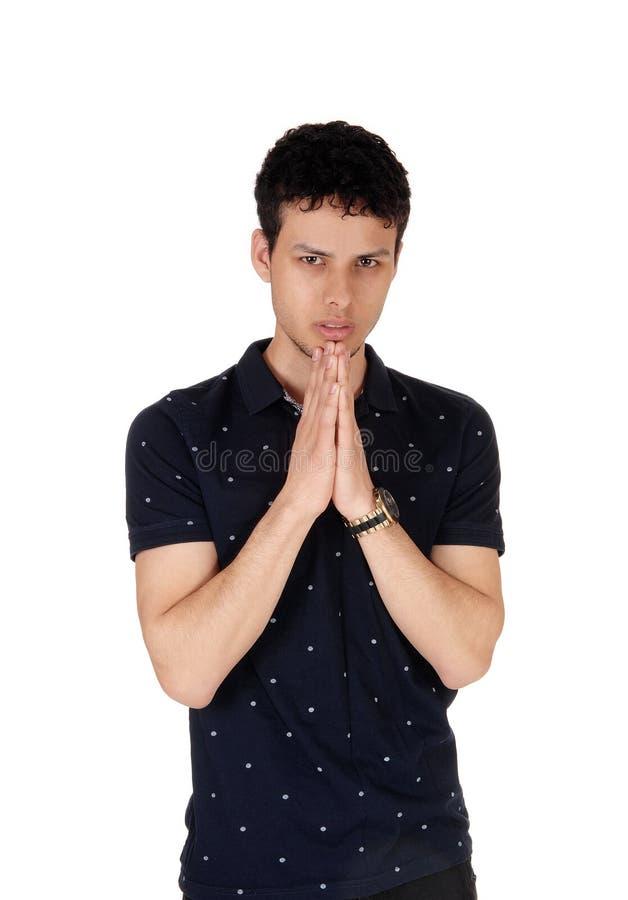 一件黑衬衣的年轻帅哥用被折叠的手 库存图片