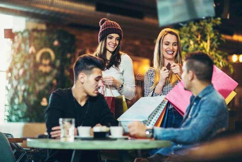 一份咖啡的时刻在购物以后 免版税库存照片