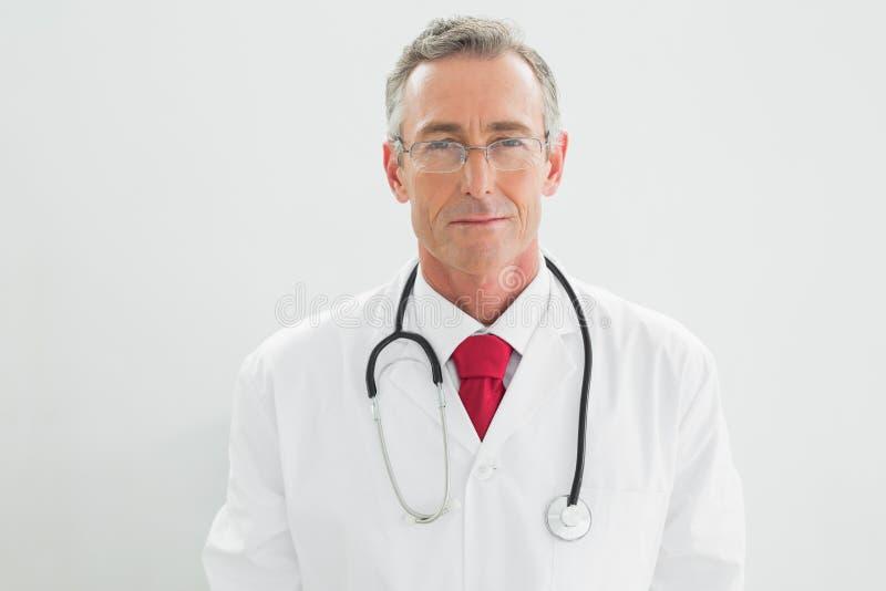 一位严肃的确信的男性医生的画象 免版税图库摄影