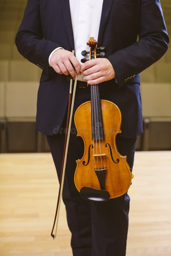 一位人小提琴手的小提琴手图象在音乐厅里 年轻人 库存图片