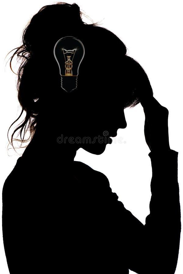 一位体贴的哀伤的女性的剪影,想法电灯泡,在她的头的灯闪电,概念解决问题 免版税图库摄影