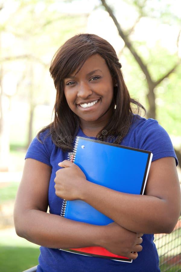 一位俏丽的非洲裔美国人的大学生 库存图片