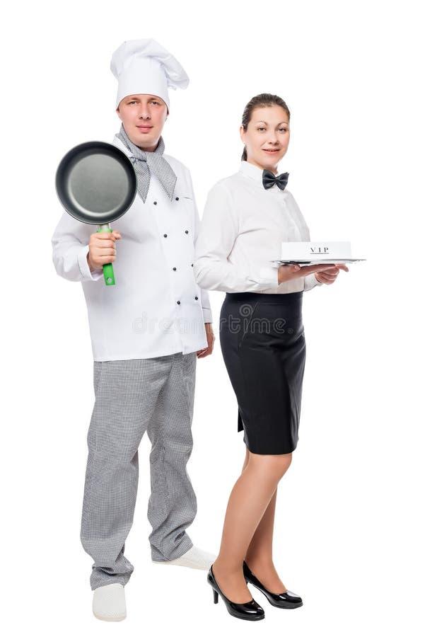一位厨师和一位女服务员的垂直的画象白色背景的 库存图片