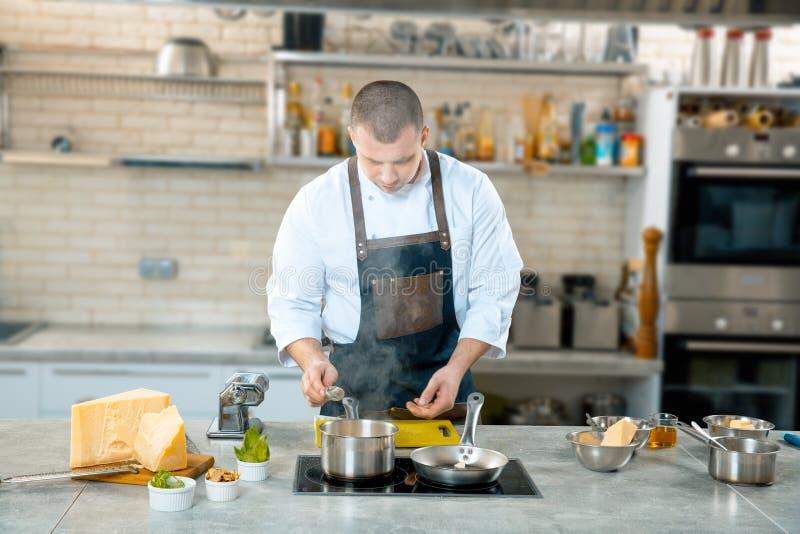 一位厨师在过程-准备中意大利盘 免版税库存照片