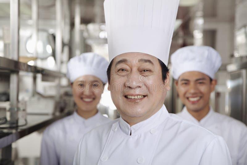 一位厨师的画象在一个工业厨房里 图库摄影