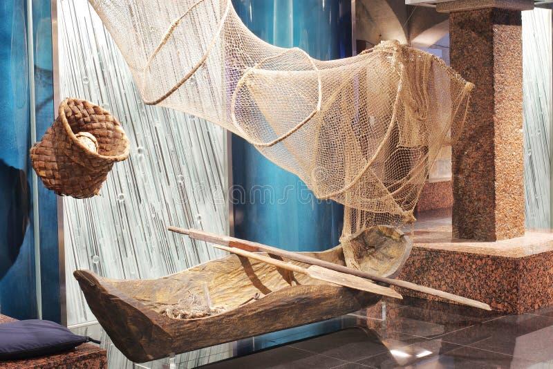 一位古老渔夫、小船被开掘在木头外面和钓鱼的网的滑车 免版税图库摄影