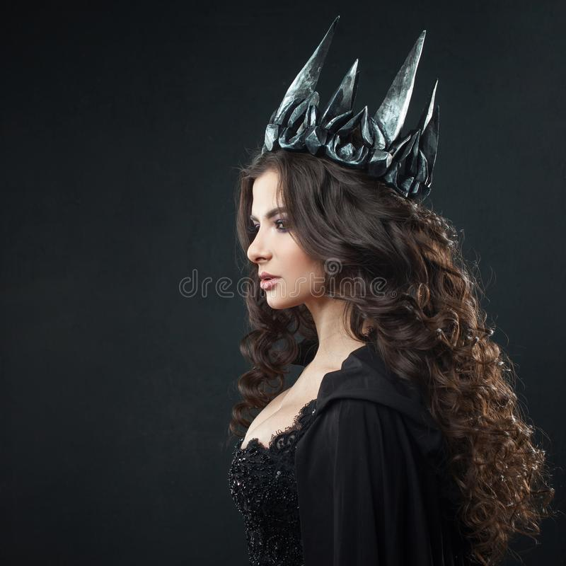 一位哥特式公主的画象 哥特式女王/王后 图象在万圣夜 美丽的黑人妇女年轻人 免版税图库摄影