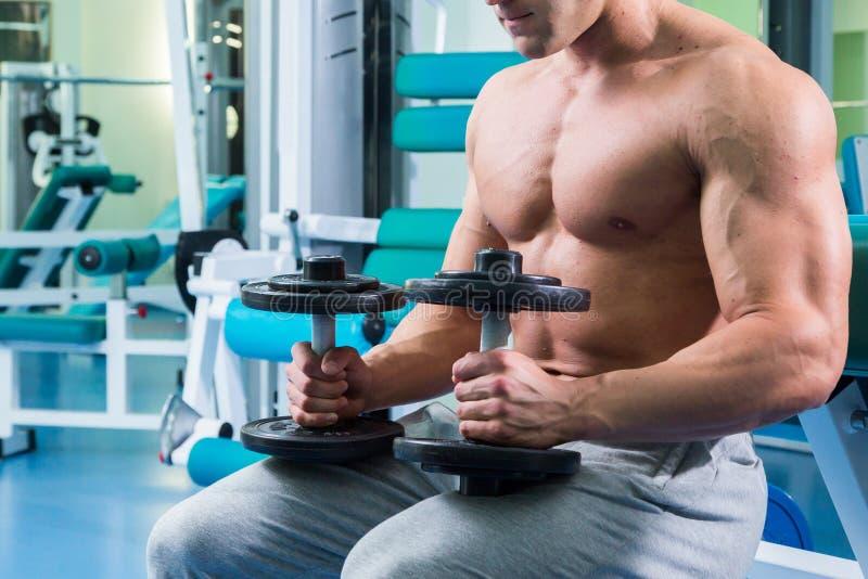 一位在健身房的专业运动员火车 库存图片