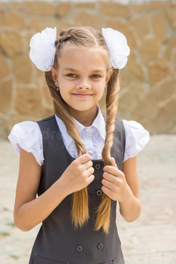 一位女小学生的画象在度假9月1日在学校 免版税库存图片