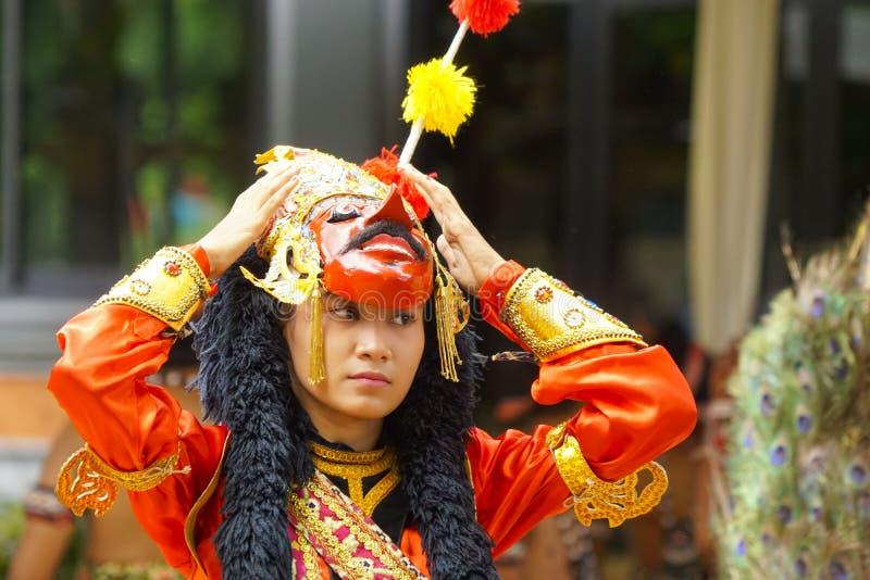 一位女性面具舞蹈家在阶段执行 库存照片